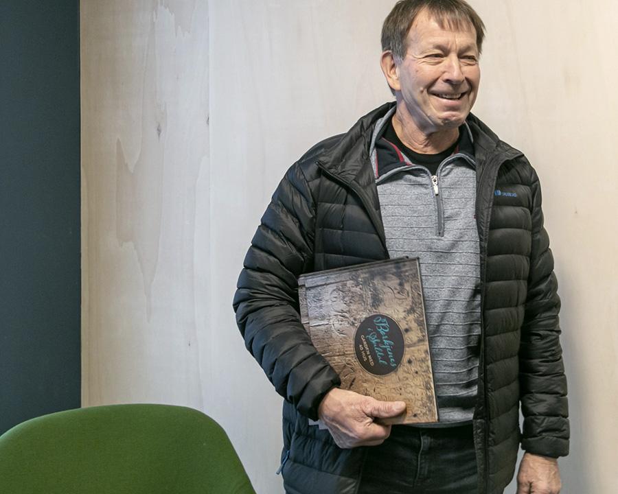 Jarle Tveit med nyutgjeven bok om Børkjenes-garden