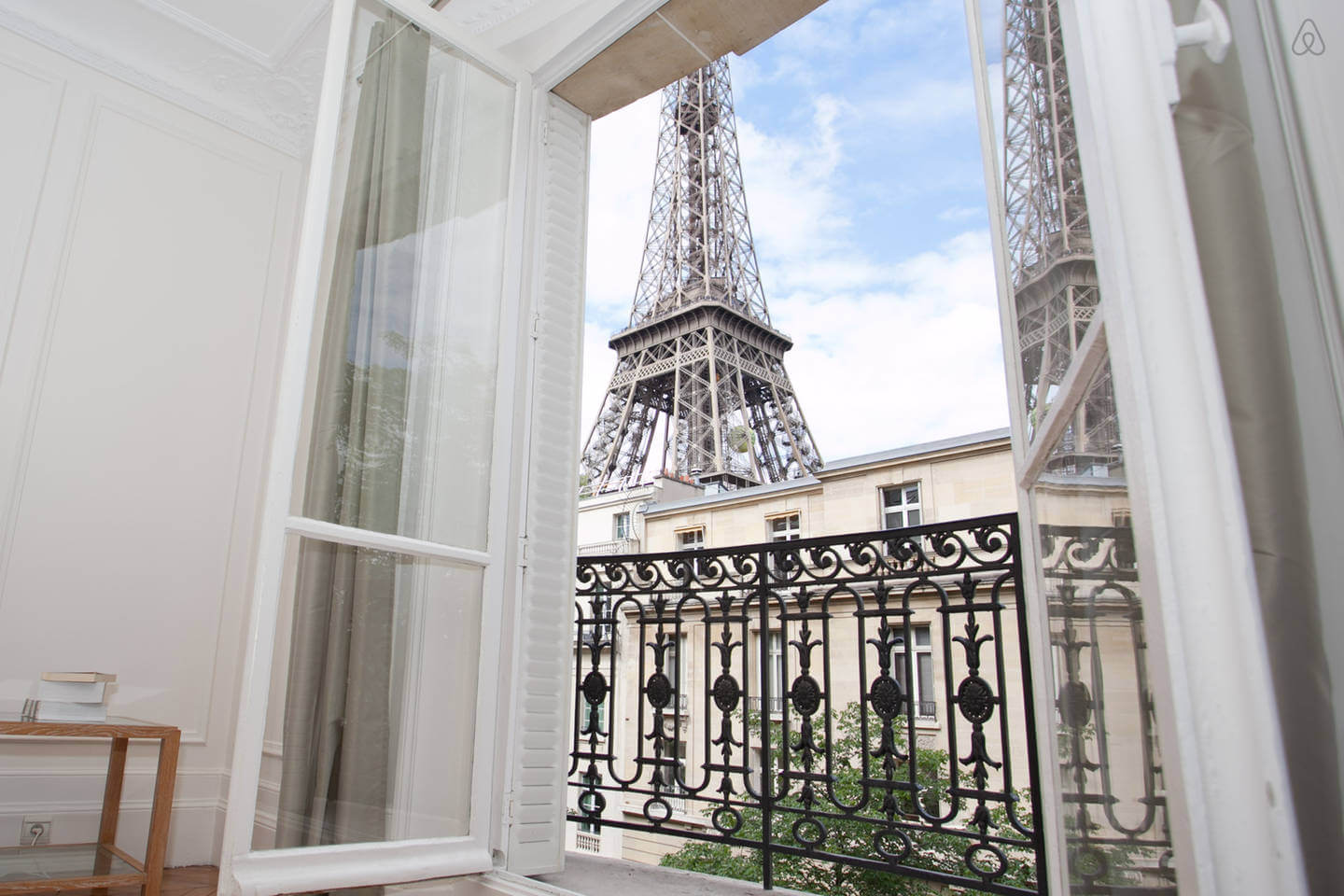 blog-article-places-stay-paris-airbnb-eiffel-tower