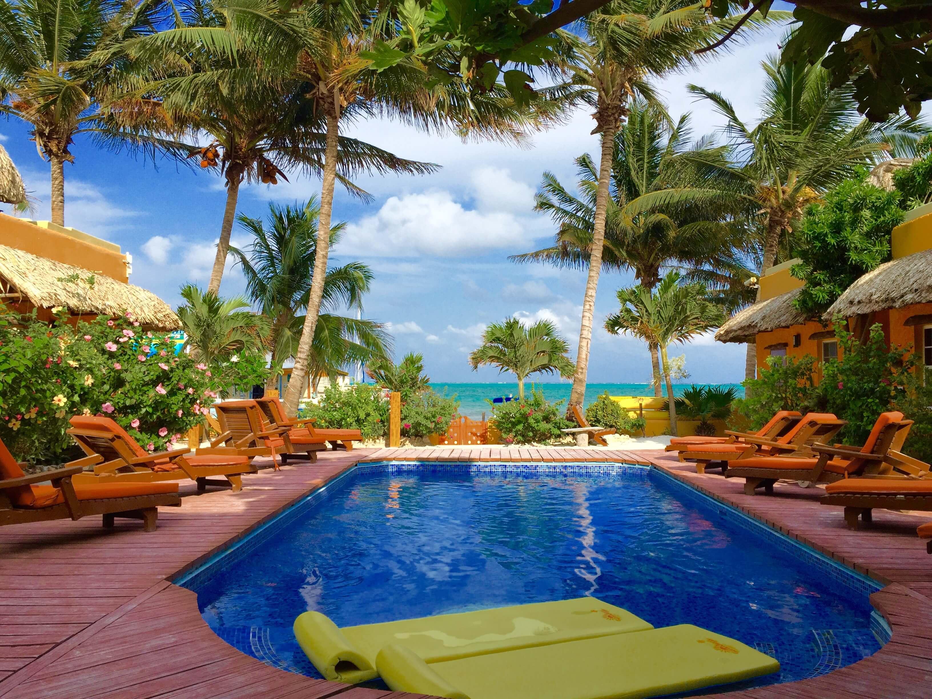 blog-you-better-belize-it-hotel-pool