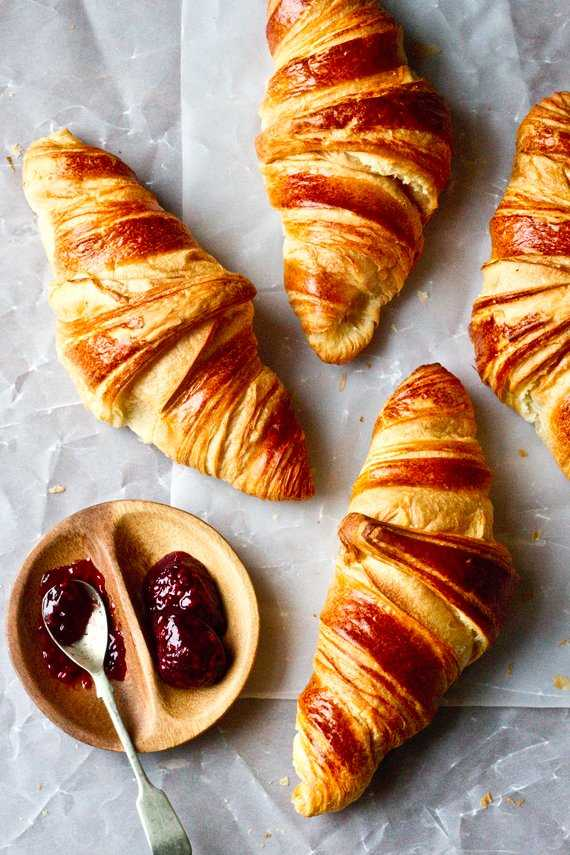 under30experiences-group-travel-blog-for-millennials-top-five-french-foods-croissant