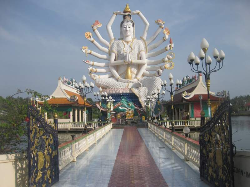 under30experiences-group-travel-blog-for-millennials-how-to-spend-4-days-in-koh-samui-thailand-temple