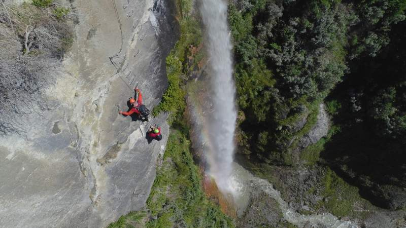 new-zealand-waterfall-repelling