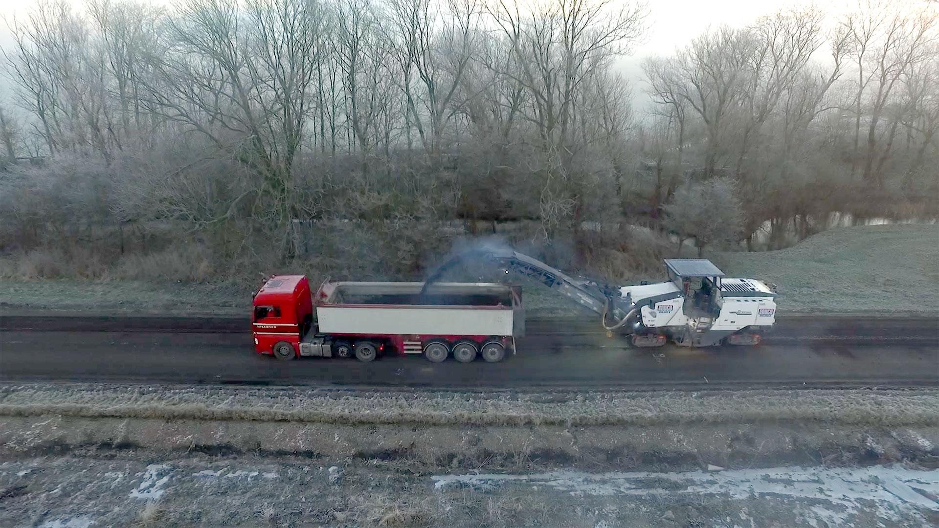 Het  oude asfalt wordt weggevoerd van de 241 Schagen-Zijdewind