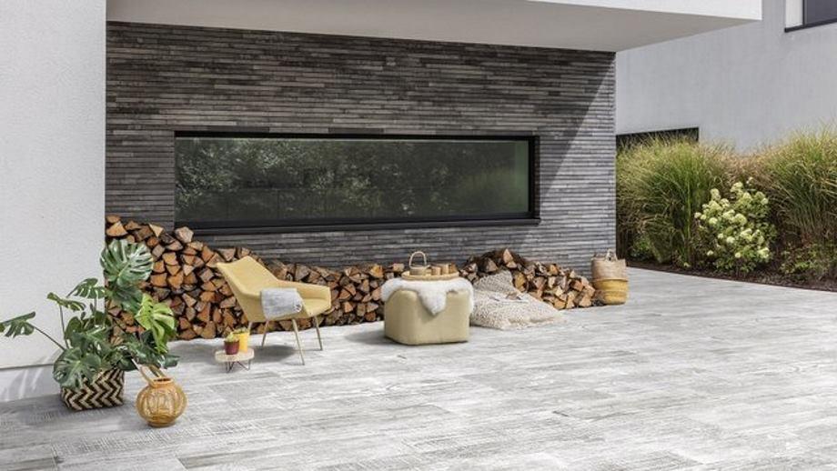 Terras met gecoate betontegels Forest met houtstructuur