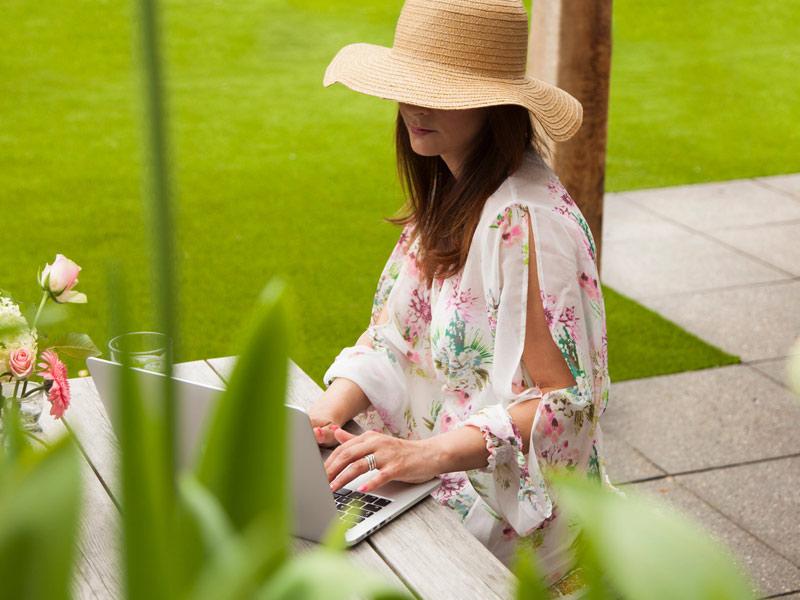 Tegels en kunstgras in de tuin