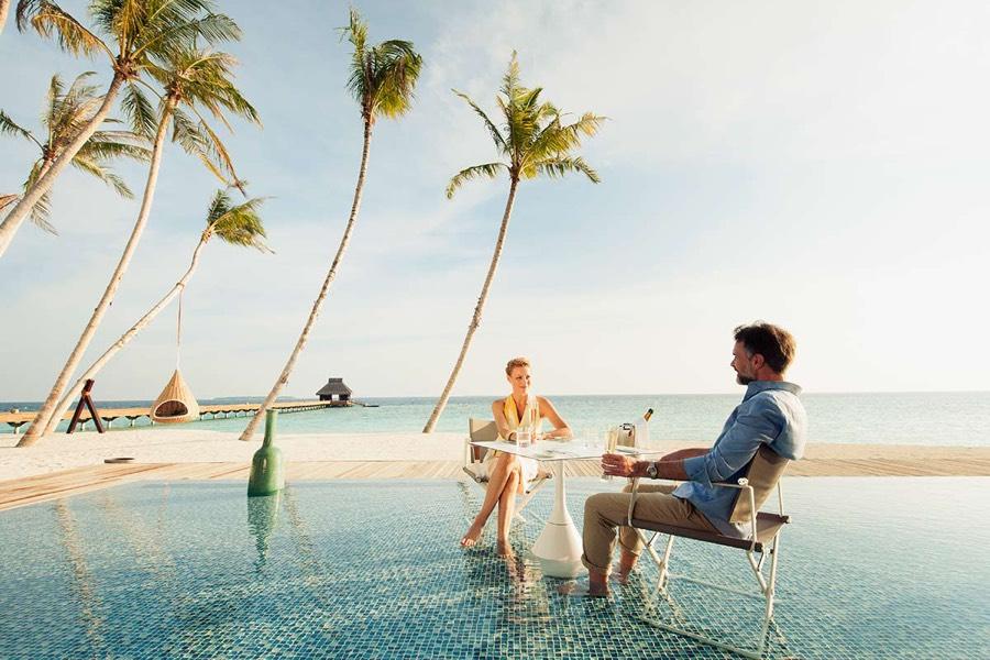 Resort Maldive Velaa Private Island pool bar Avi