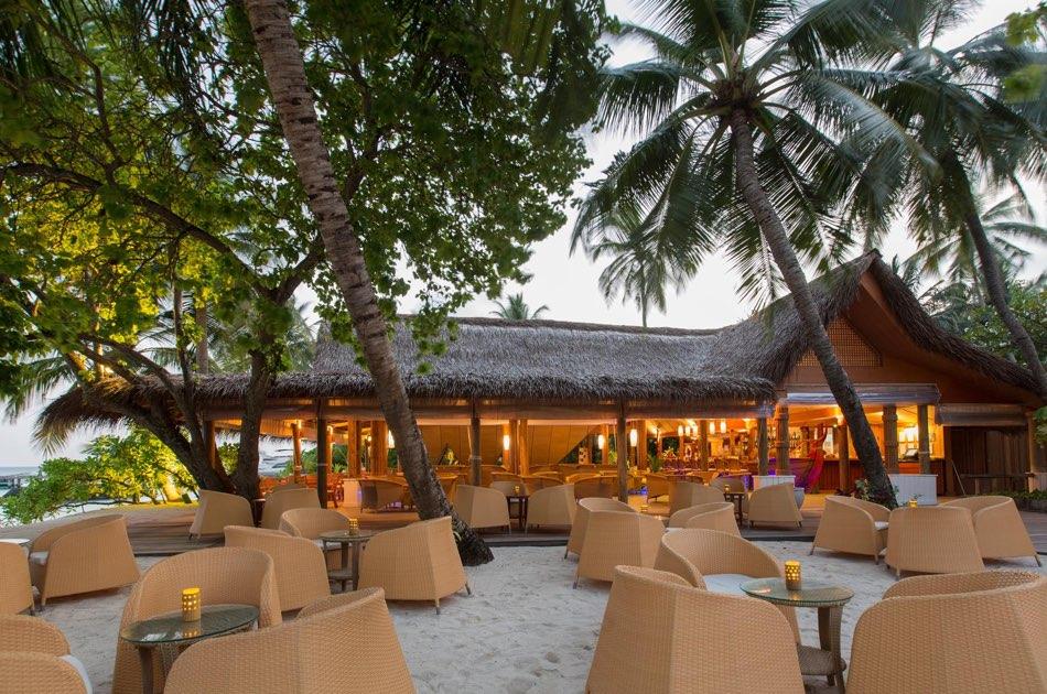 Resort Maldive Kuramathi Island cocktail bar Fung Bar