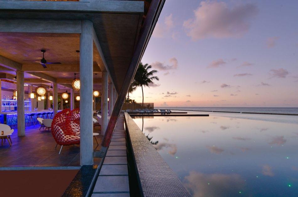 Resort Maldive Kuramathi Island cocktail bar laguna bar