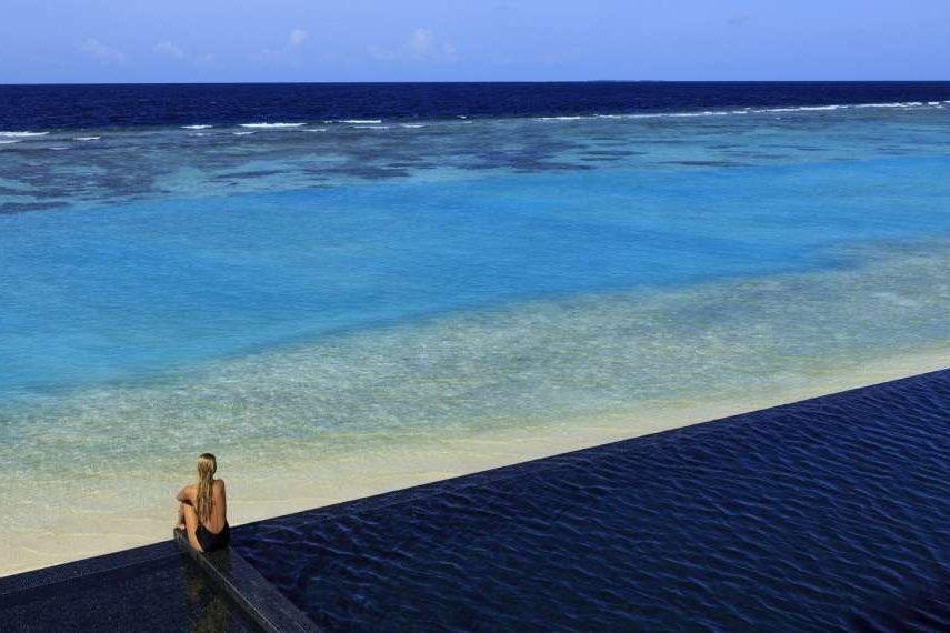 Resort Maldive Kuramathi Island cocktail bar pool bar
