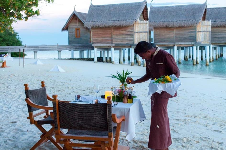 Resort Maldive Constance Moofushi ristorante Alizè beach grill