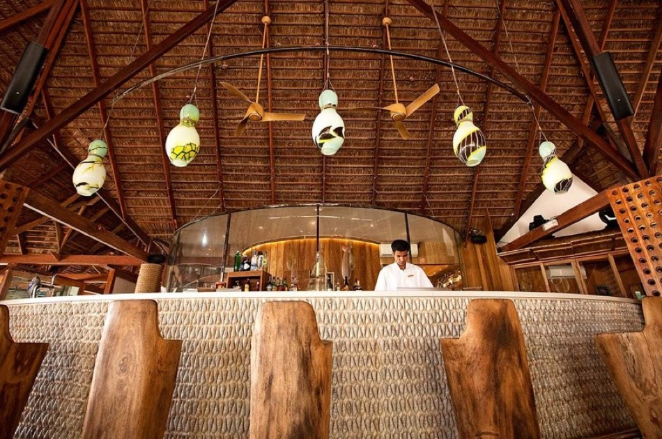Resort Maldive Constance Moofushi lounge bar Manta Bar