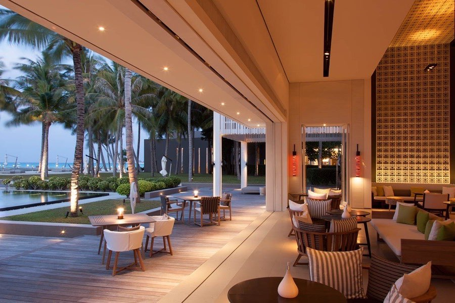 Cheval Blanc Randheli resort Maldive pool bar The White