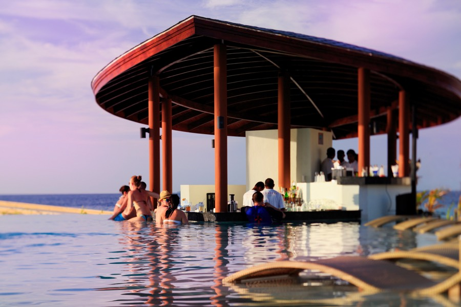 Centara Ras Fushi Resort Maldive Waves Pool Bar
