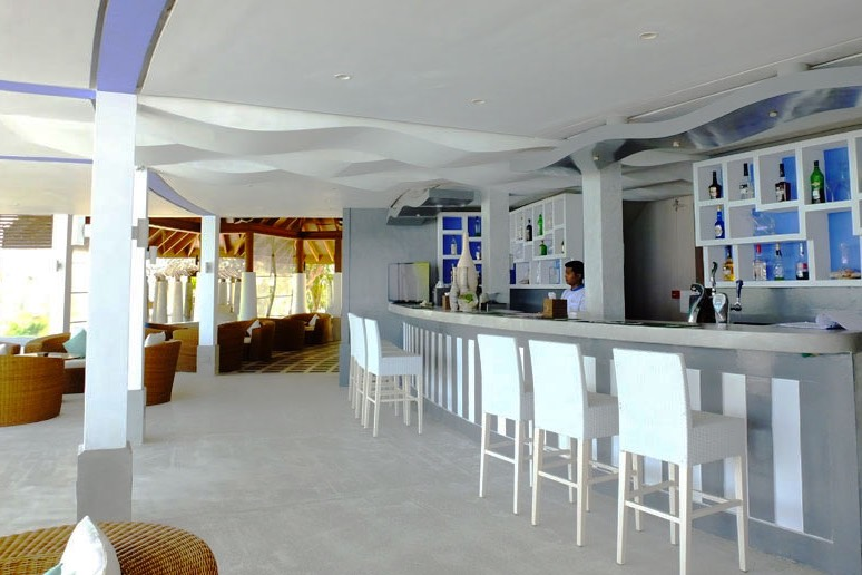 Amaya Kuda resort maldive pool bar