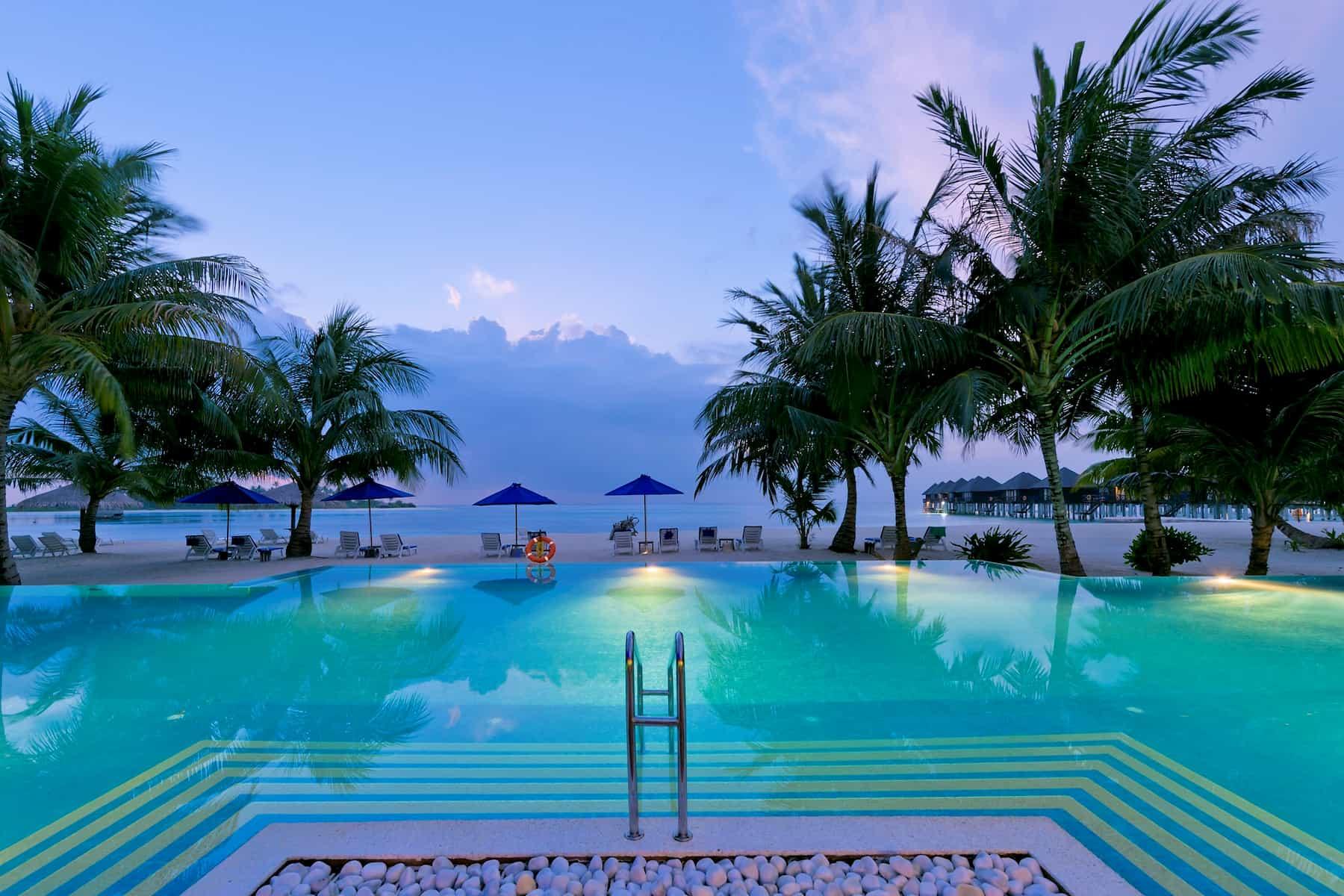 Resort Maldive Olhuveli Beach & Spa pool bar Sunrise Bar