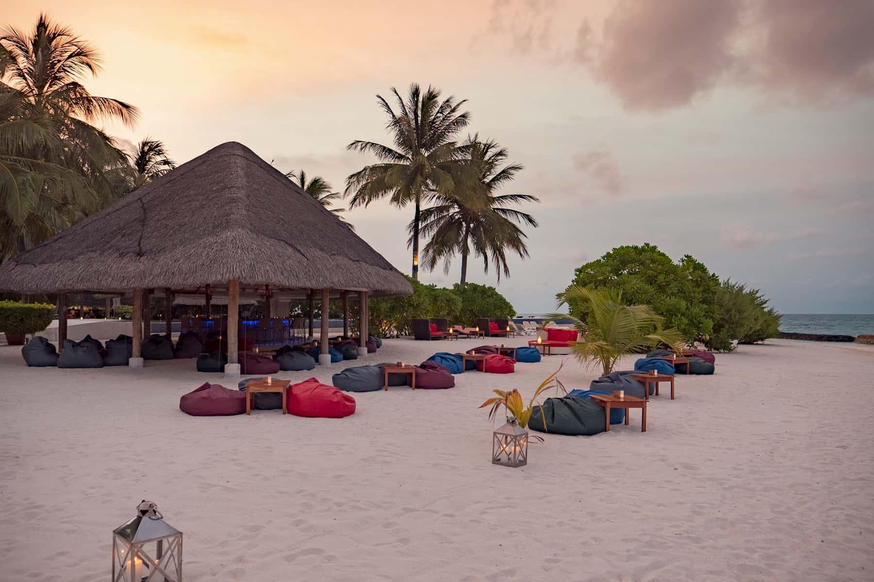 Resort Maldive Kuramathi Island cocktail sand bar