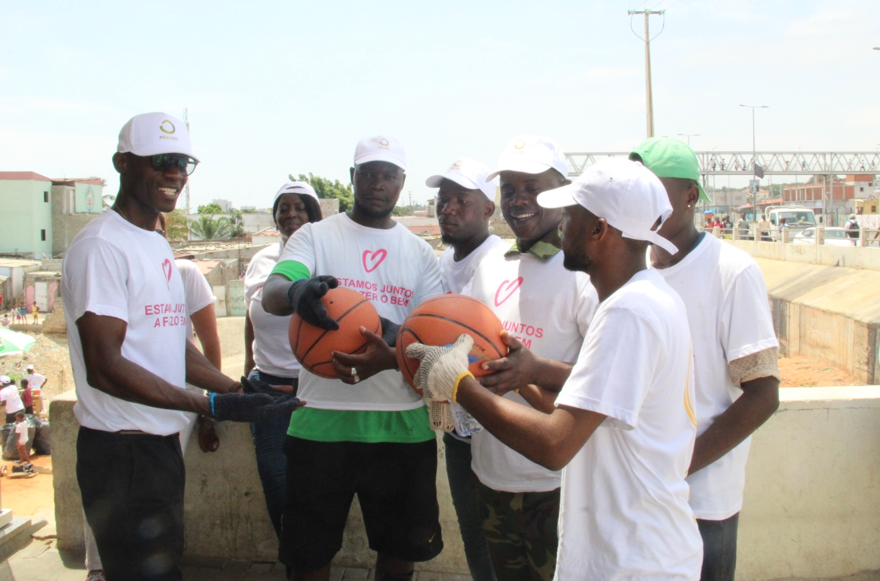 Jovens do Rocha Pinto recebem material desportivo para inclusão social