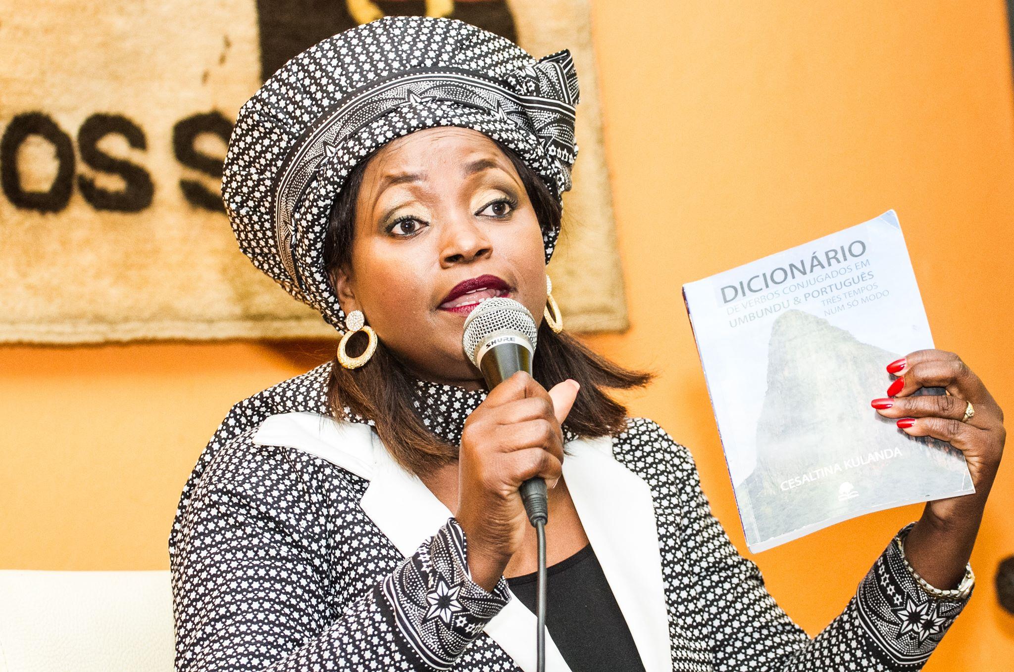 """""""Os jovens não têm o domínio das línguas nacionais, mas não por culpa deles"""", afirmou professora Cesaltina Kulanda"""