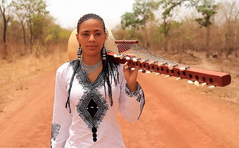 Sona Jobarteh traz em concertos o som secular do kora
