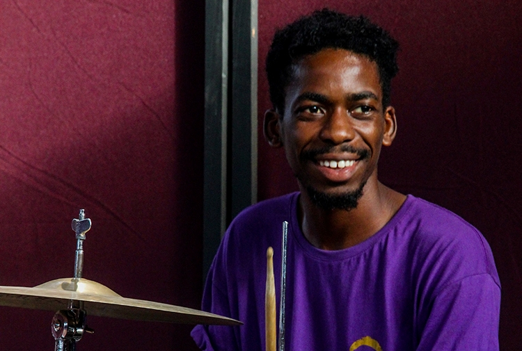 Fundação Arte e Cultura lança aulas online de percussão corporal com o professor Gideão Zumba