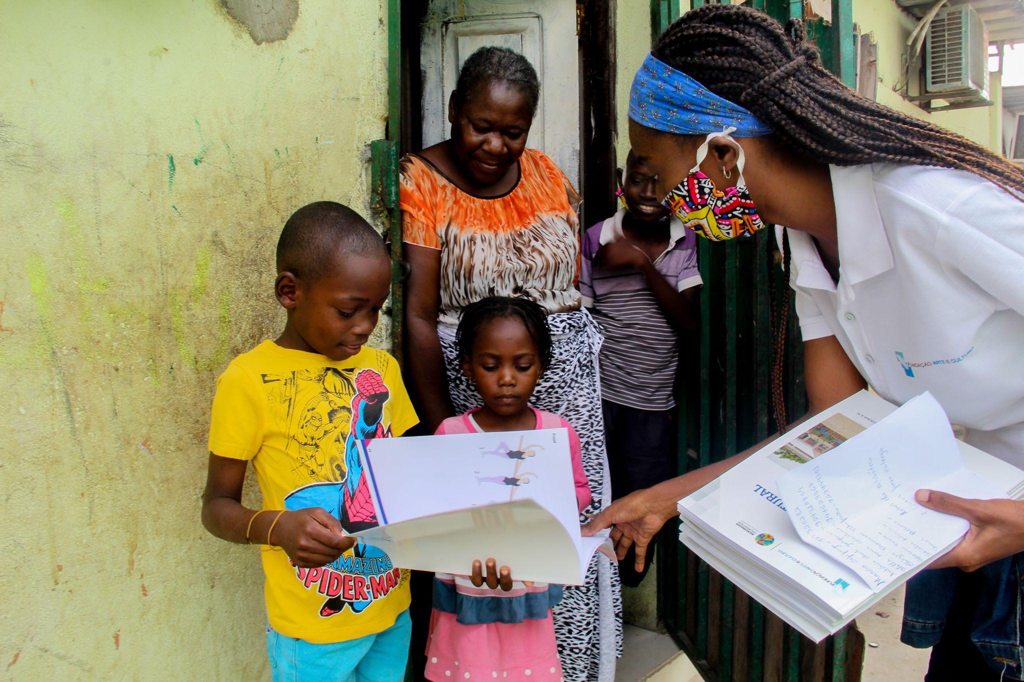 Fundação oferece manuais para formação artística às crianças da Ilha de Luanda
