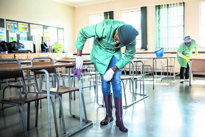Concurso para admitir 7.500 auxiliares de limpeza na educação é aberto hoje