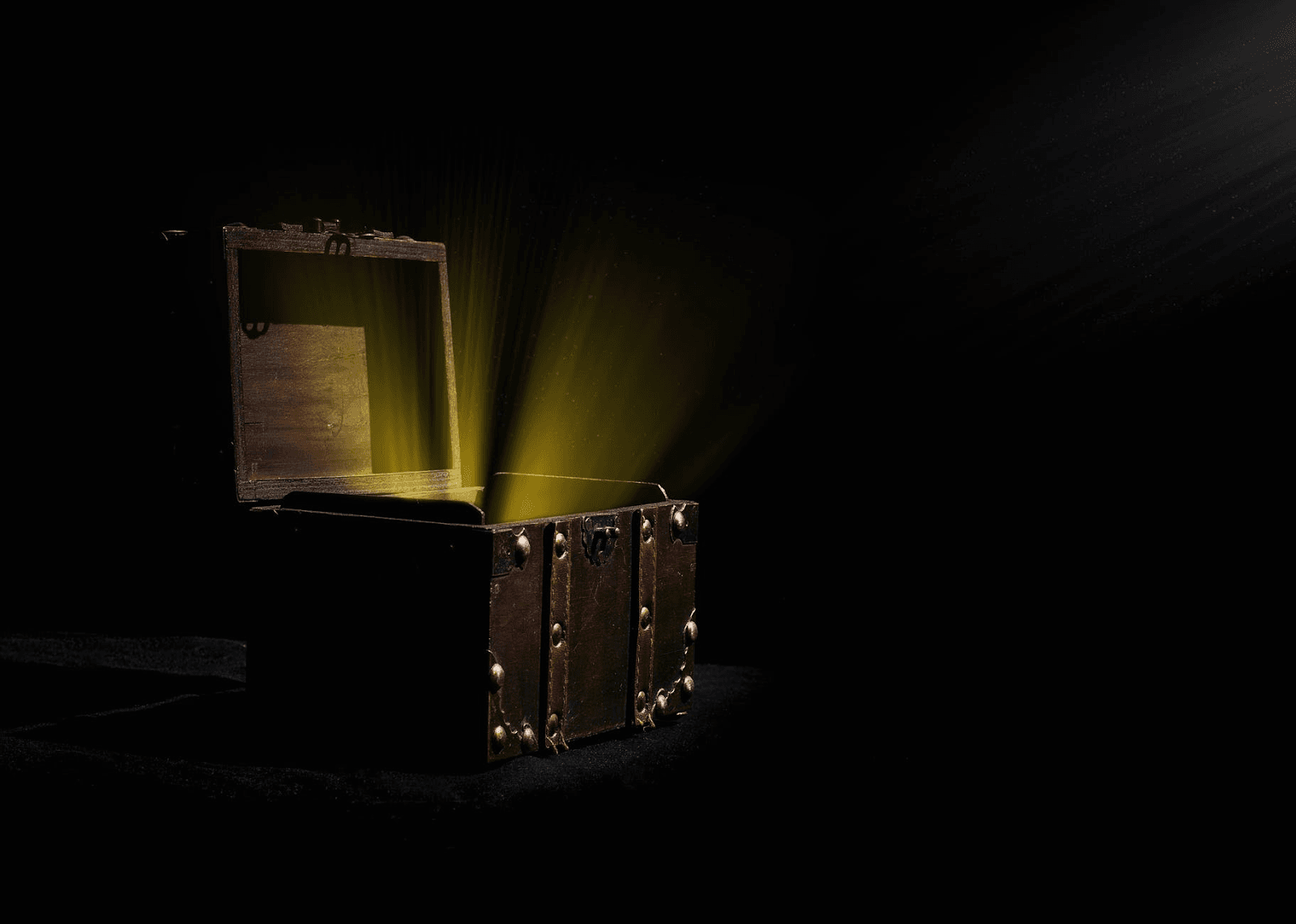 An open treasure chest with yellow light emerging from it.