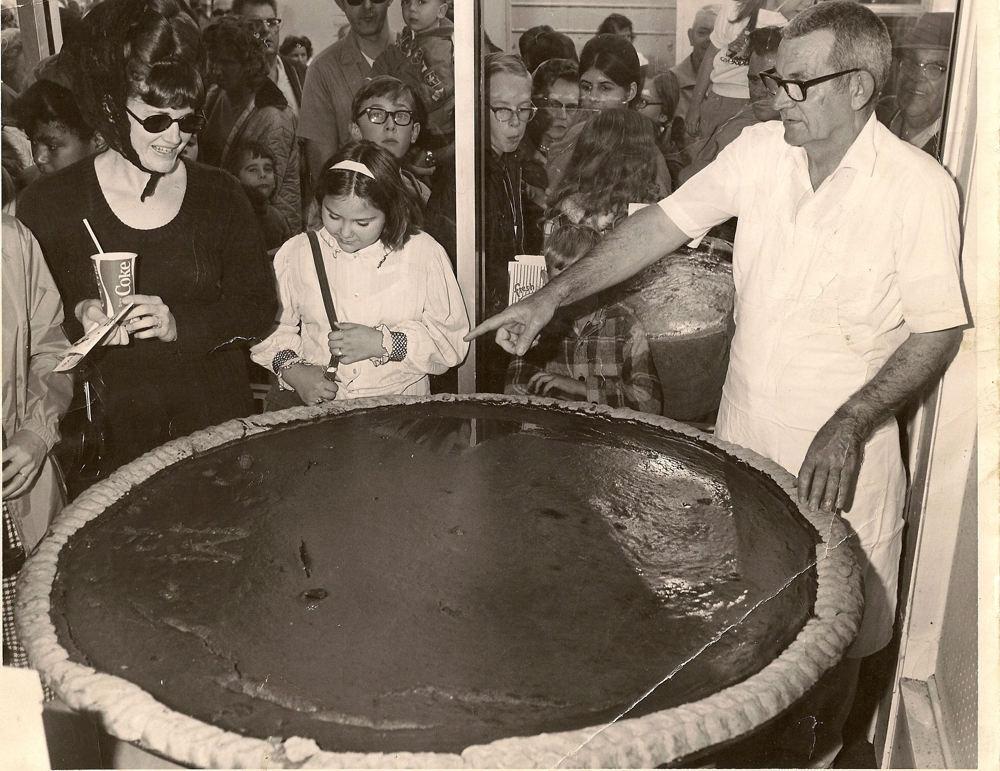a crowd a lindsey's bakery admiring he giant pumpkin pie produced for the annual circleville pumpkin show