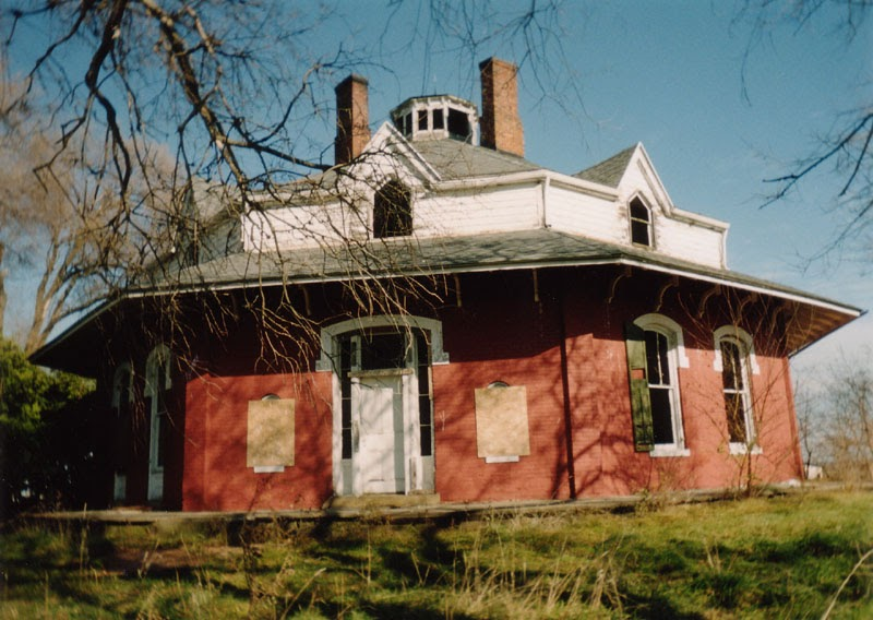 Exterior of red brick Octagon House