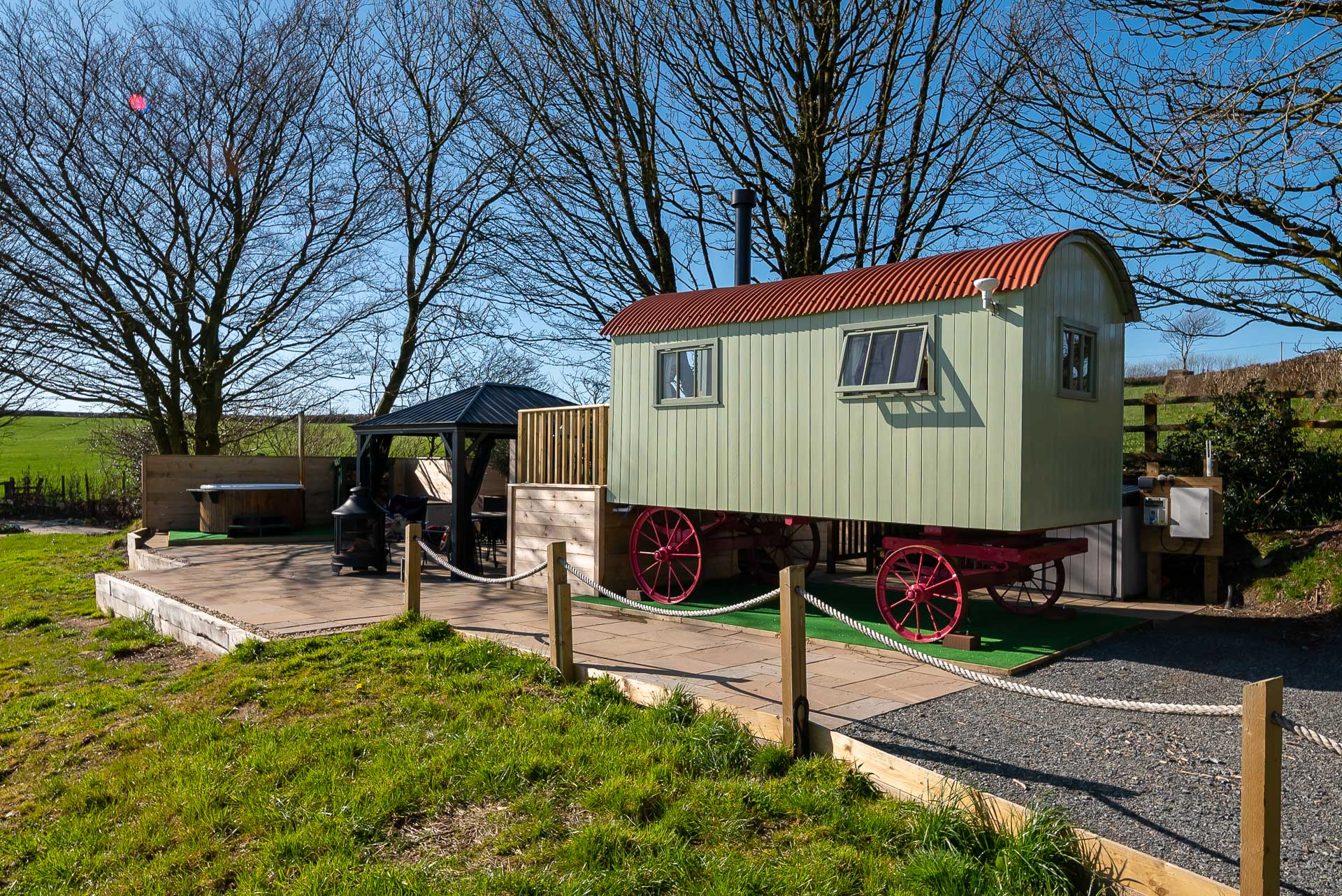 Shepherd's Shed - luxury glamping with a hot tub
