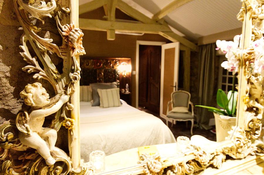 Chambre vue du miroir sculpté