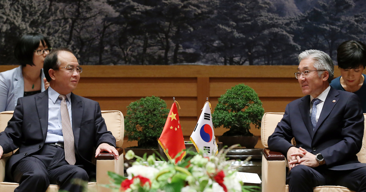 Culture ministers representing China (left) and Korea (right) in discussion at the 8th Korea-China-Japan Culture Minister's Meeting in 2016 in Korea. Photo by Jeon Han/Republic of Korea via Flickr, licensed under (CC BY-SA 2.0).