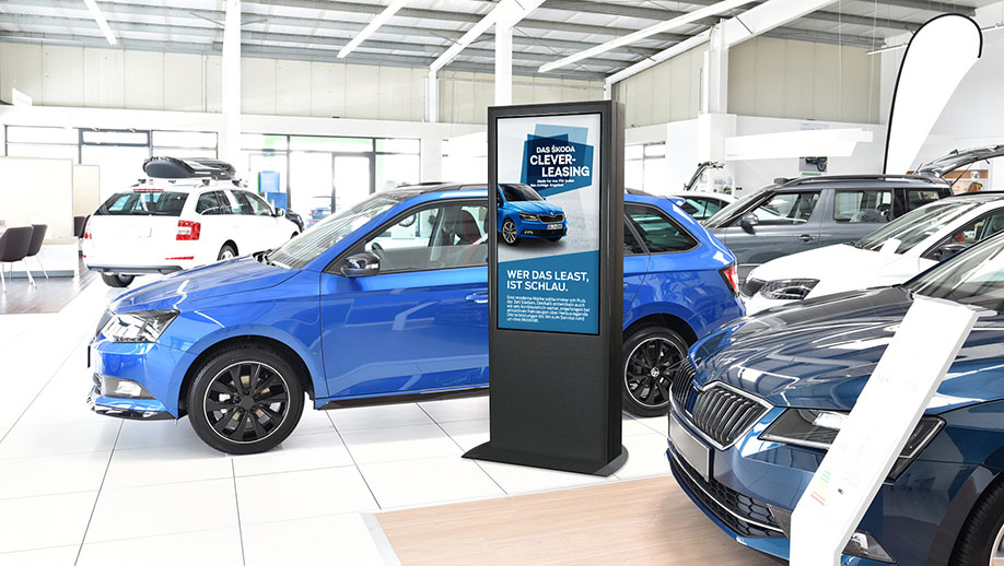Digital Signage Stele in einem Autohaus
