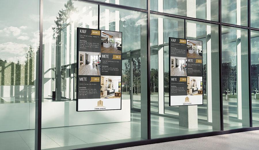 Digital Signage im Schaufenster in einem Immobilien Büro