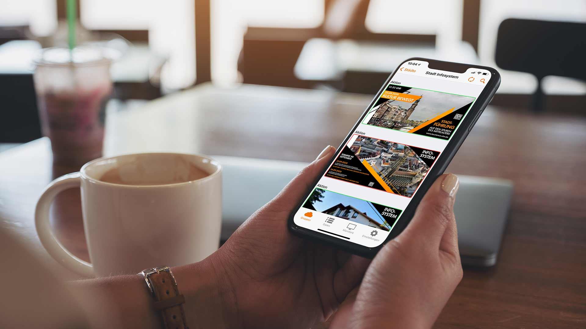 Arbeiten an Smartphone mit Software VisuScreen von Wedeko Digital Signage