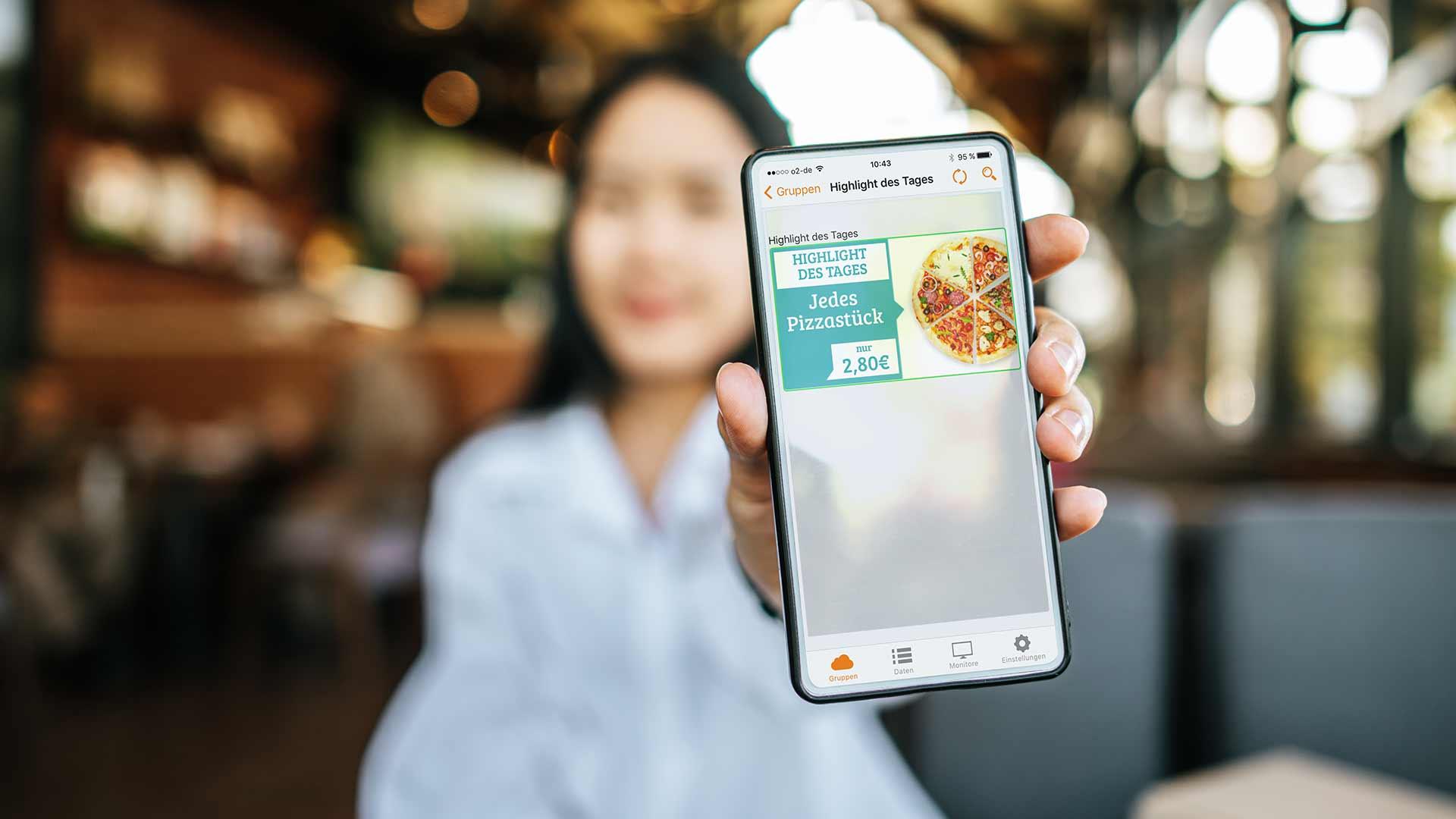 Arbeiten am Smartphone mit Software VisuScreen von Wedeko Digital Signage