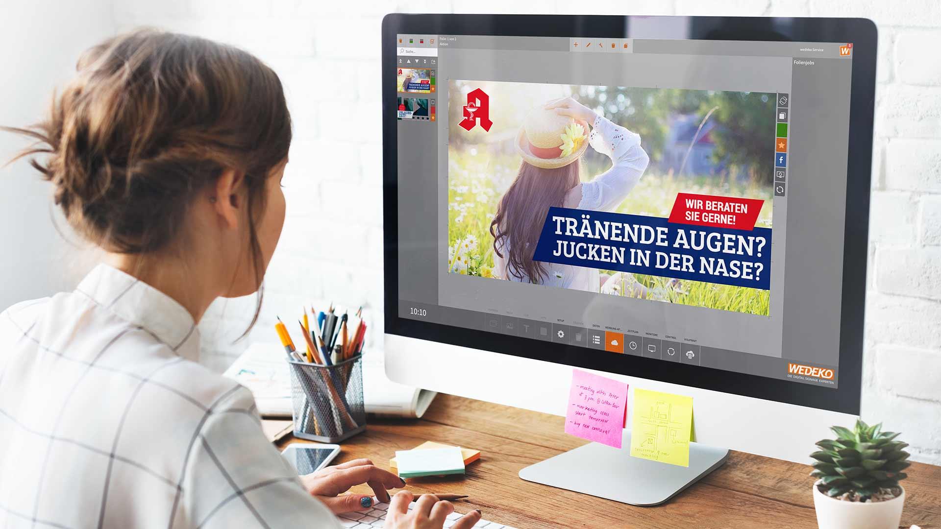Arbeiten an Computer mit Software VisuScreen von Wedeko Digital Signage