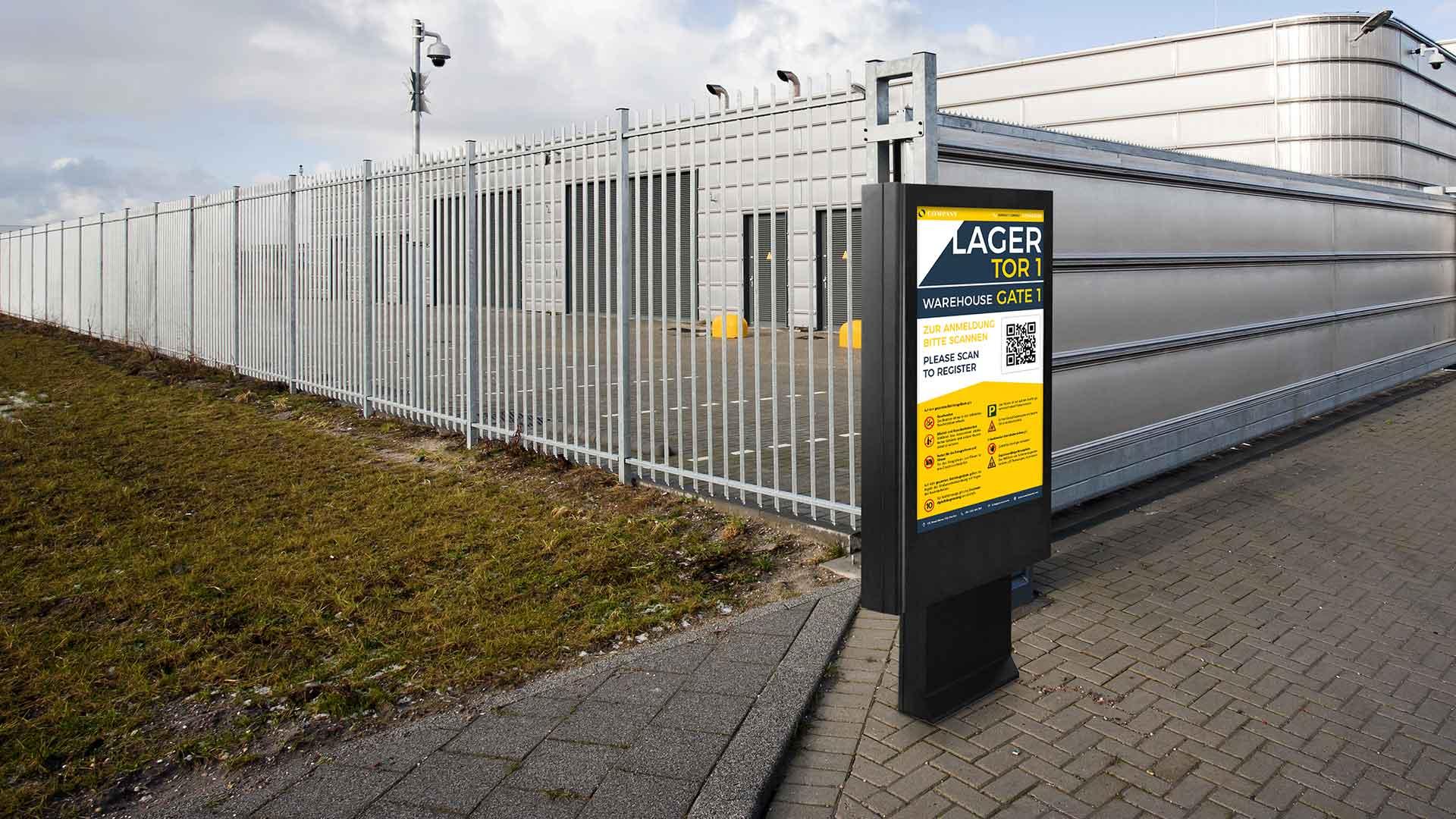 Digital Signage Stele vor einem Industrie-Lager