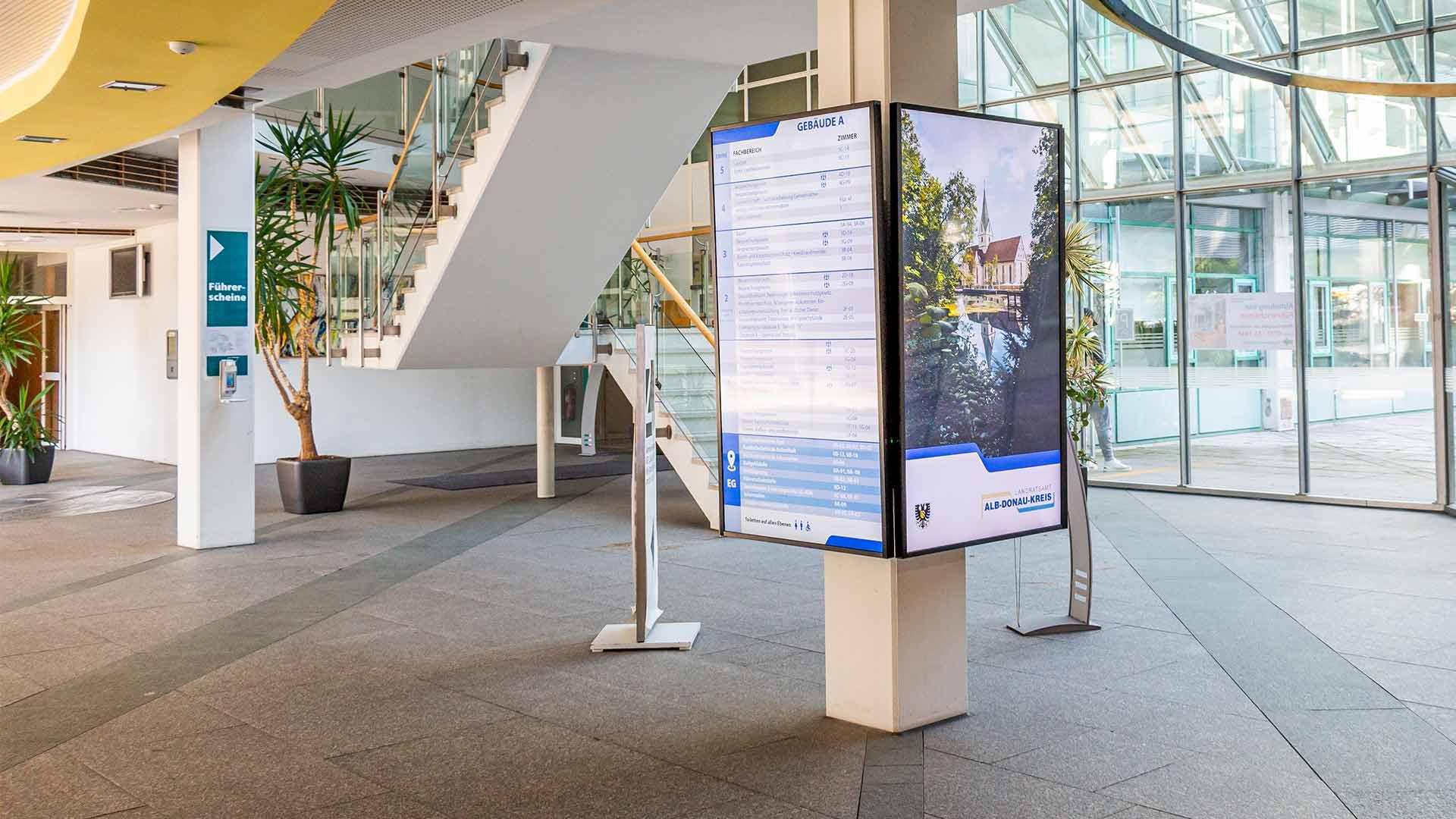 Digital Signage Bildschirm an einer Säule