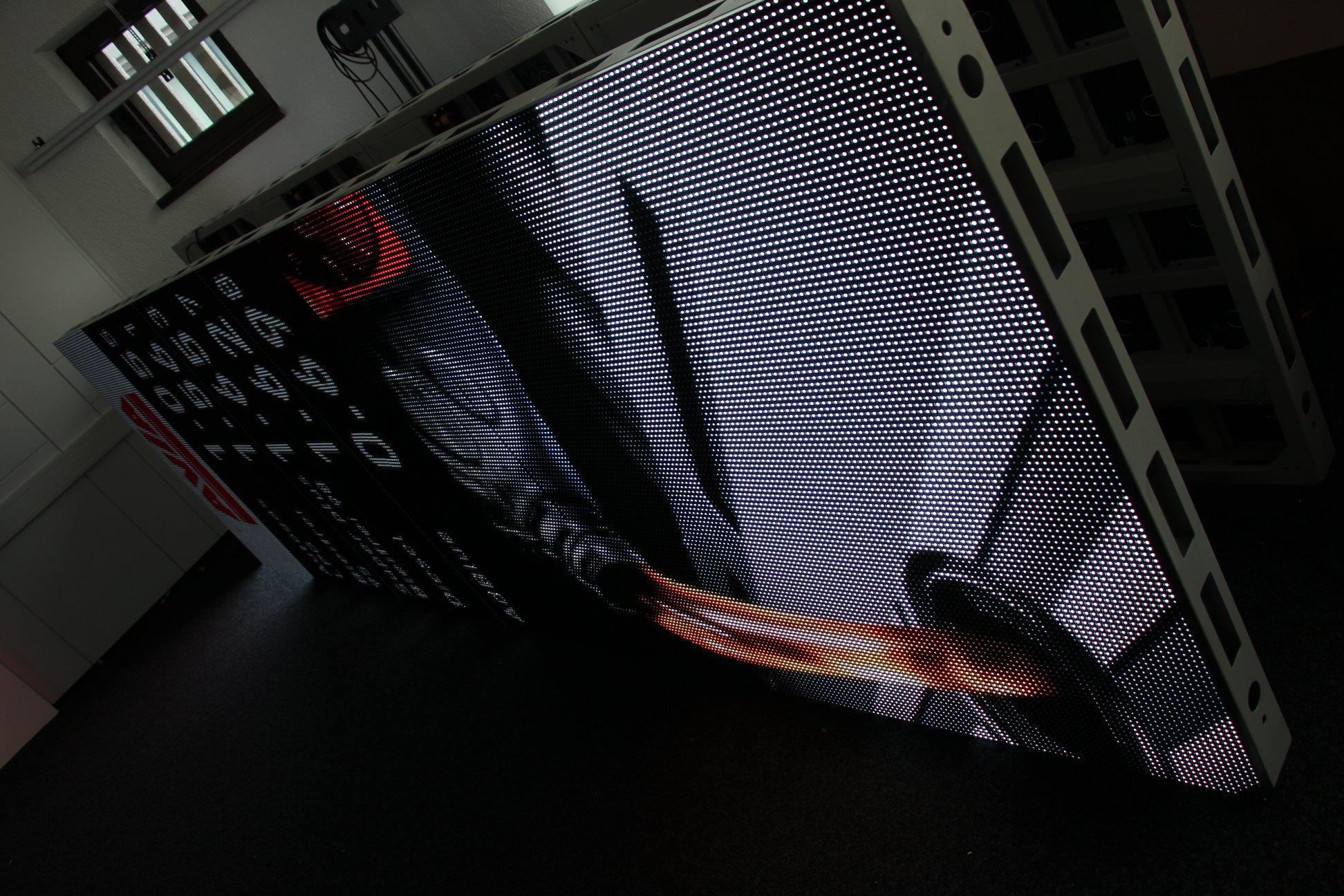Installationsvorbereitung und letzte Tests einer LED-Säule...
