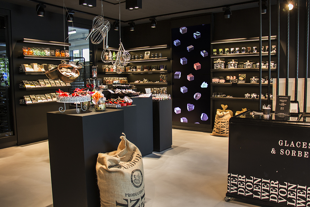 Der Manufakturladen des Züricher Chocolatiers Vollenweider wurde mit einer Videowall ausgestattet...