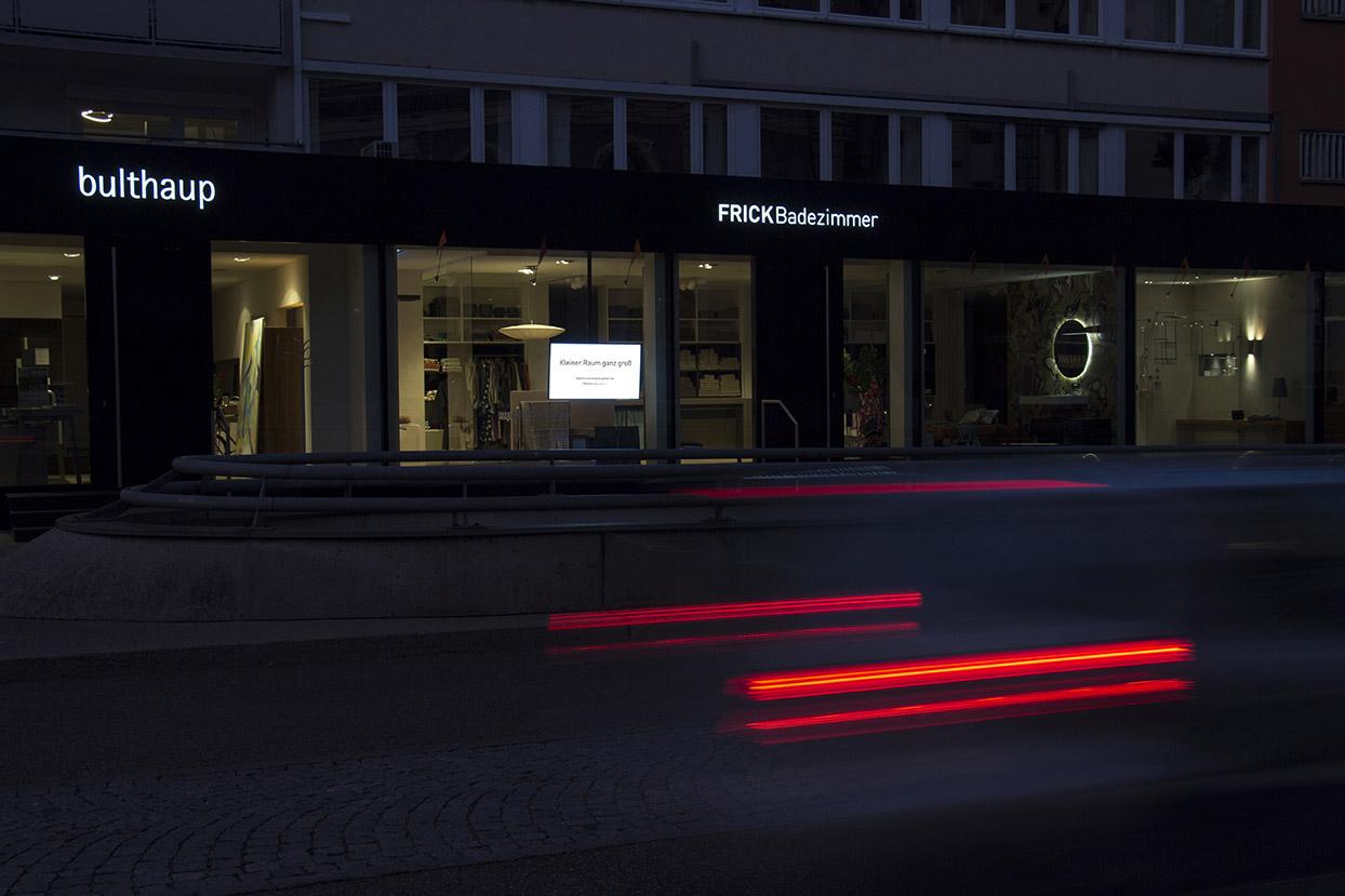 Rechtzeitig zur dunklen Jahreszeit haben wir bei Frick Badezimmer in Ulm ein High Brightness Monitor im Schaufenster installiert...