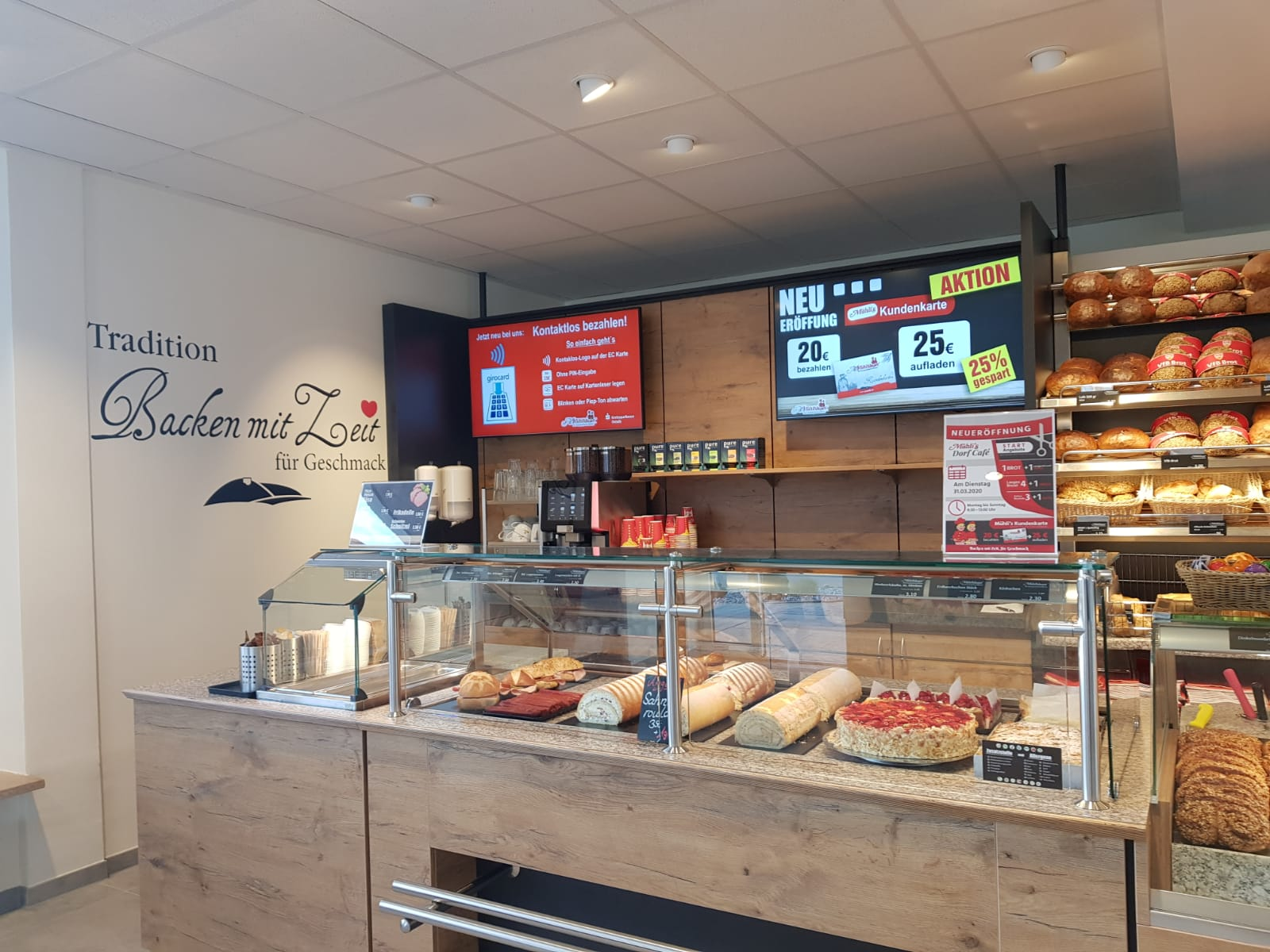 """Im neuen Dorf Café haben wir zwei 49"""" Bildschirmsysteme hinter der Theke verbaut..."""