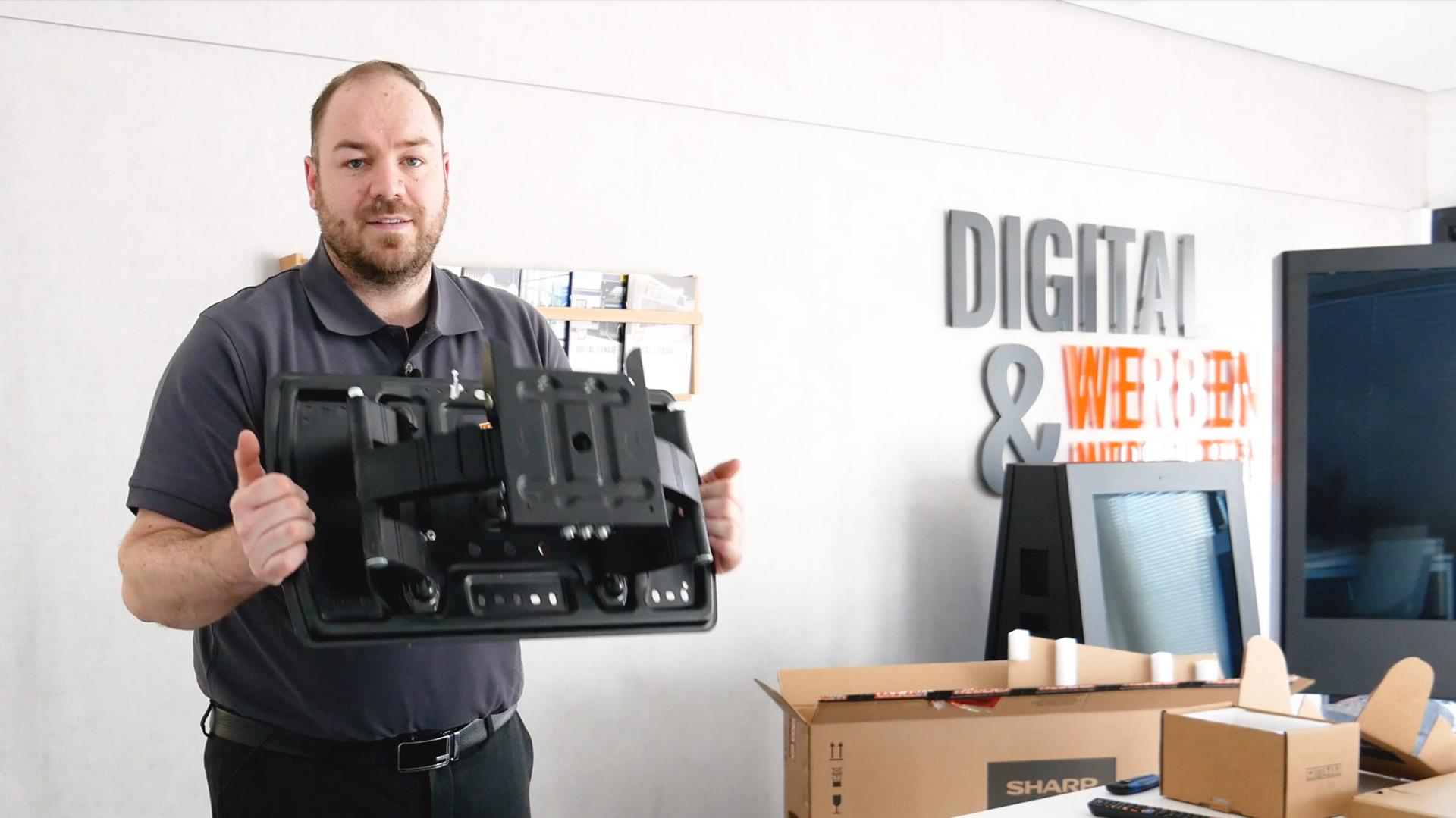 Wir packen mit euch zusammen unser Digital Signage System aus, zeigen euch die Bestandteile und gehen mit euch die Installation und Verkabelung durch.