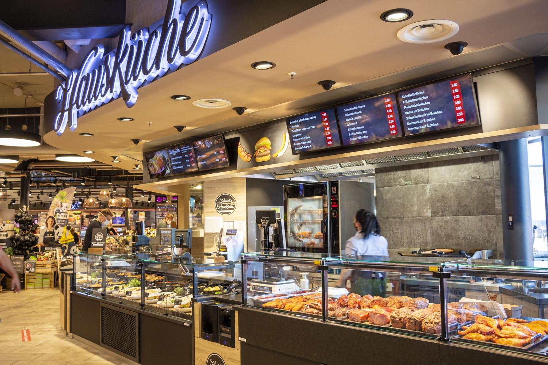 Auf einer Verkaufsfläche von rund 3.000 m² verschmilzt Gastronomie und Handel, aufregendes Marktgeschehen mit gemütlichem Verweilen im Hausküchen...