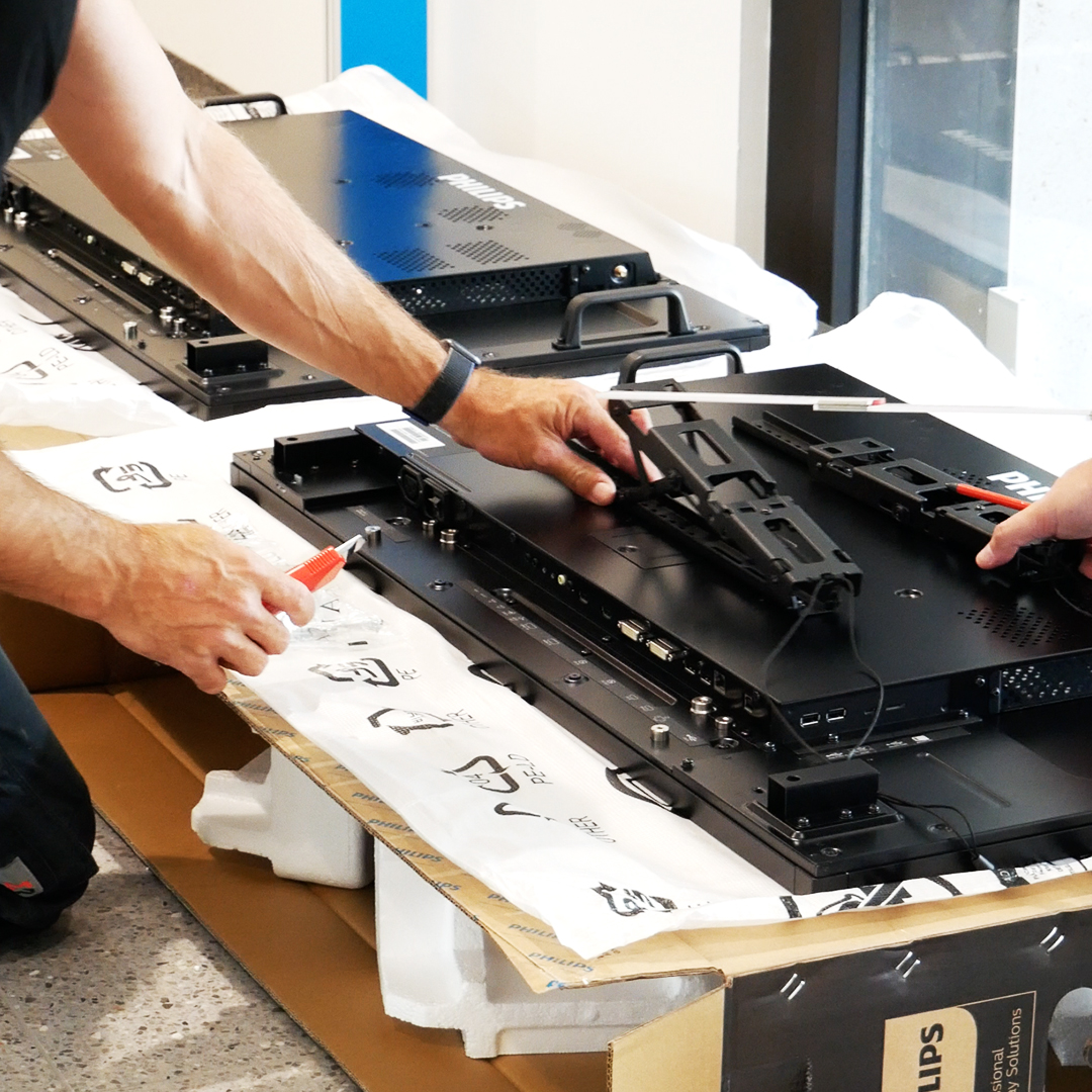 Wir haben unser Montageteam bei der Digital Signage Installation im Landratsamt Ulm begleitet.