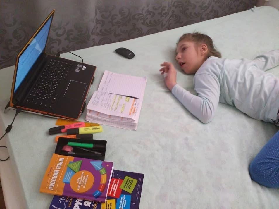 Ученица «Домашней школы Фоксфорда» Настя Доманина с ОВЗ смотрит занятия