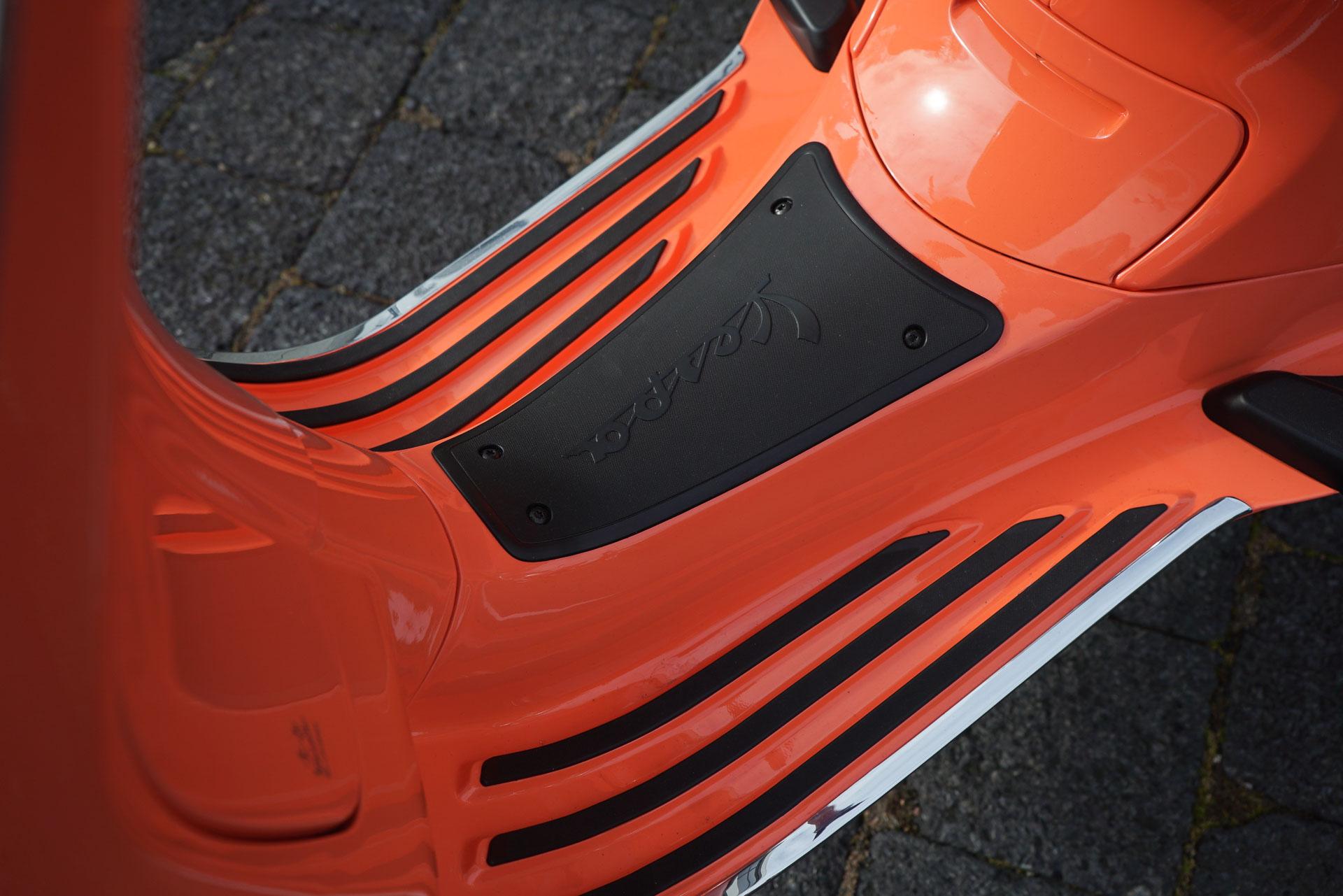 Vespa oranje Voetenruimte Strips