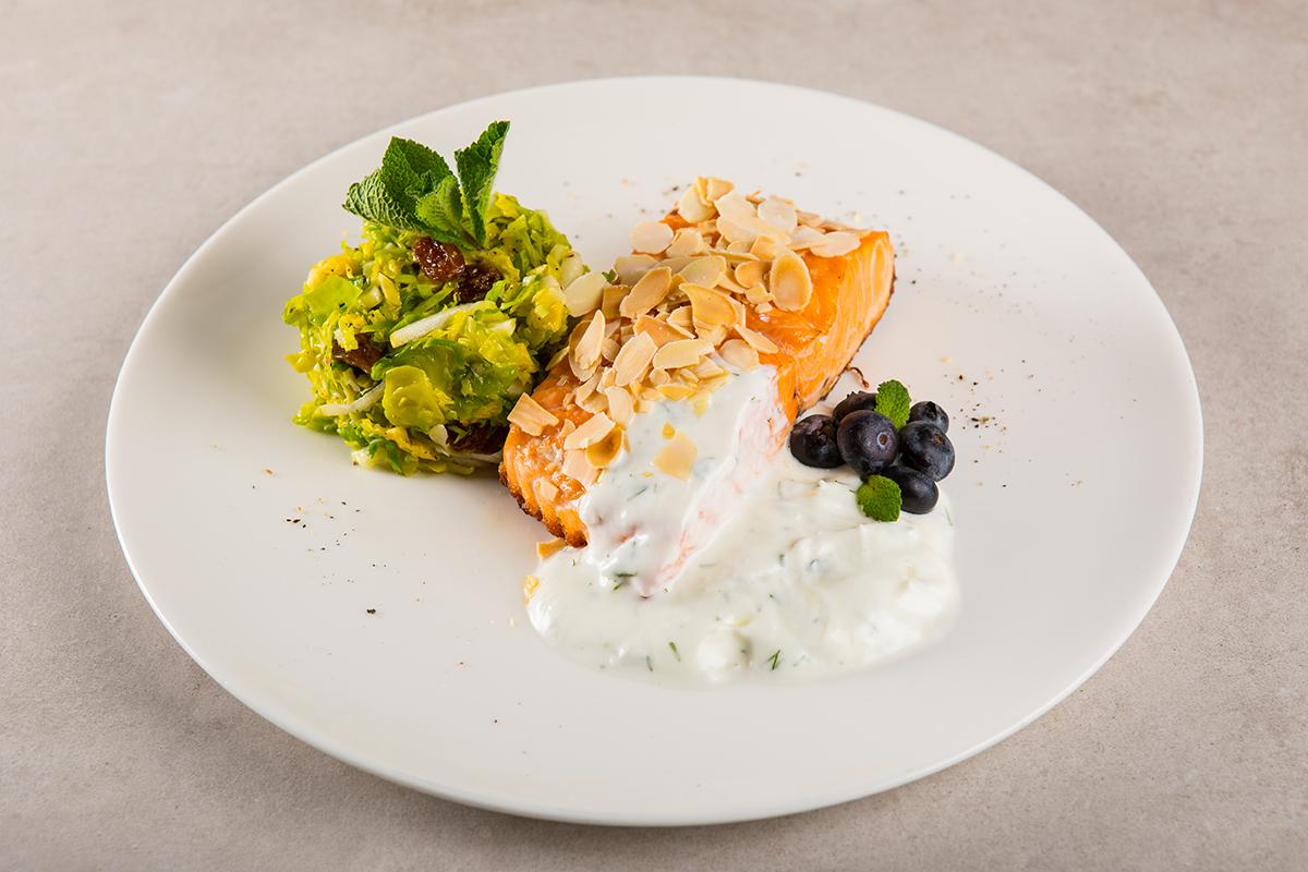 Filetto di Salmone al Forno con Mandorle e Insalata di Cavolini di Bruxelles, Pere e Uvetta, servita con Salsa di Yogurt di Bufala all'Aneto e Mirtilli