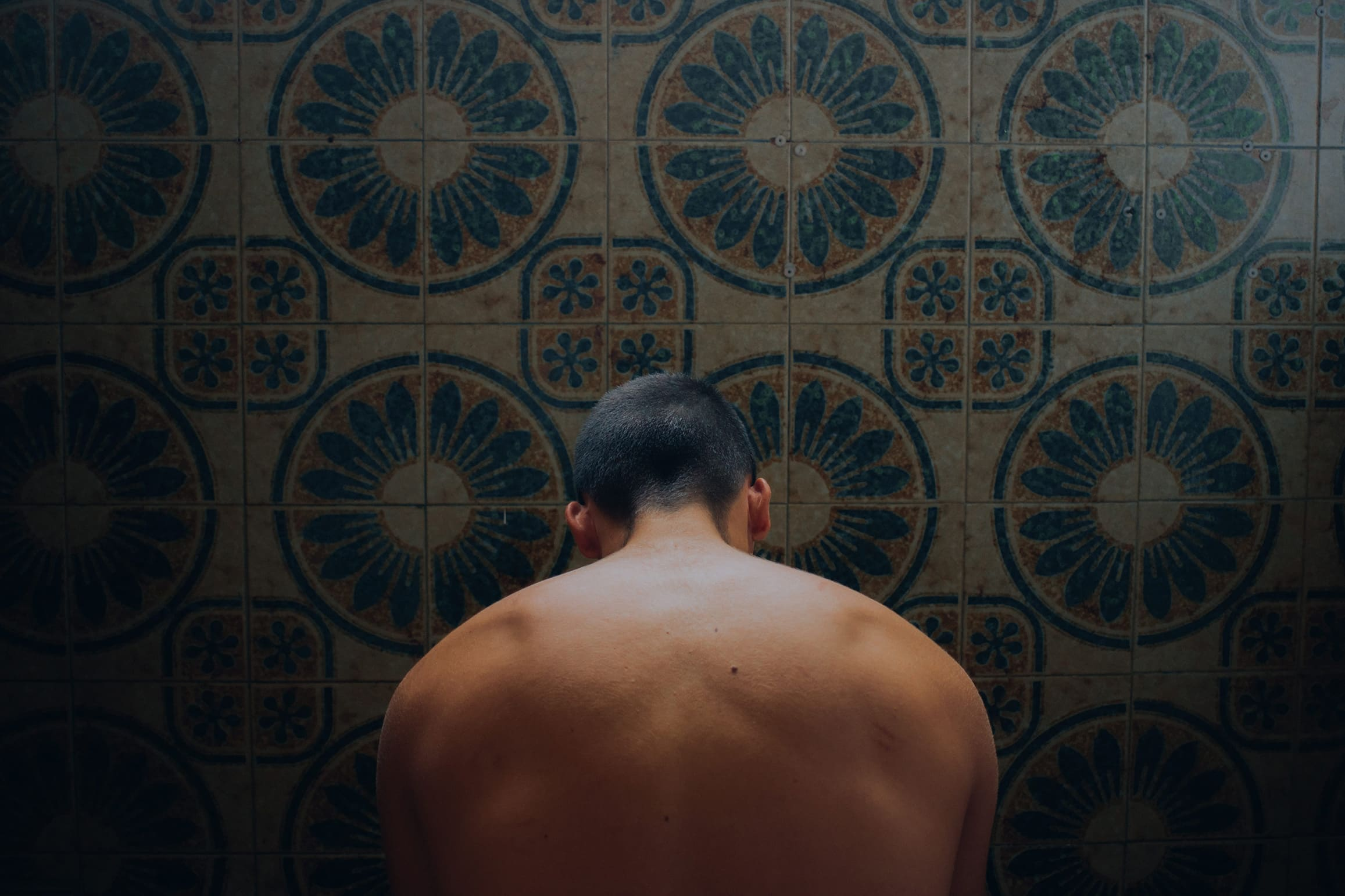 Portrait of young mans back with dark lighting stock photograph by Carmen Jiménez EyeEm